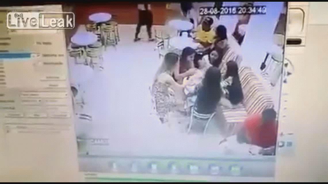 VIDEO: Un sicario acribilla a una persona en un bar de Brasil