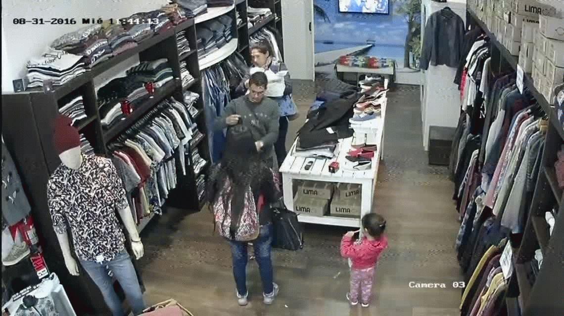 VIDEO: Una mujer usa a su bebé para robar ropa de una tienda