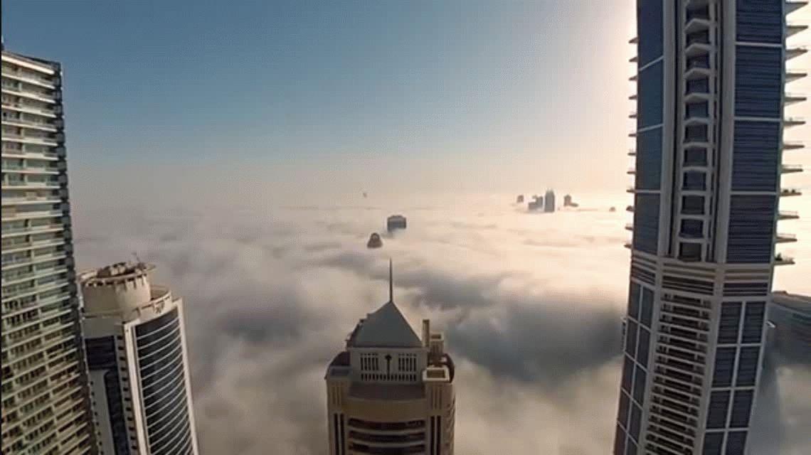Valentía extrema: saltó desde un rascacielos cubierto de nubes