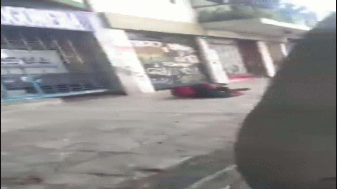 VIDEO: Un rugbier empujó a un hombre en la calle y salió corriendo
