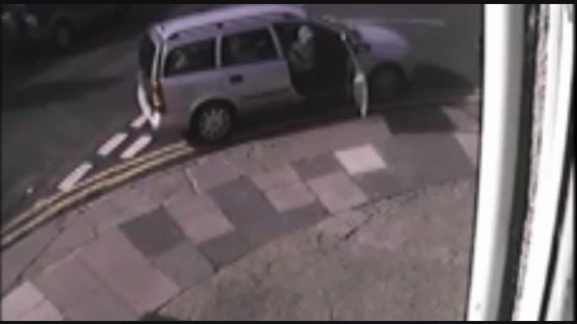 VIDEO: mamás vigilantes le roban la llave del auto a un hombre peligroso
