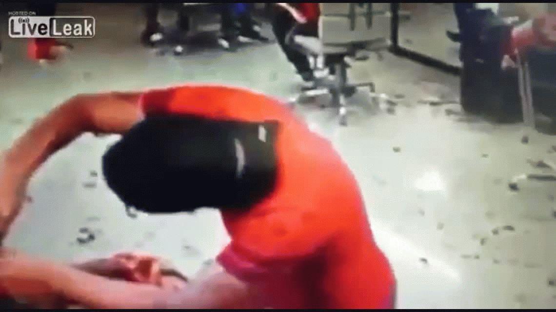 VIDEO: Un sicario asesina a un hombre mientras lo atendían en una peluquería