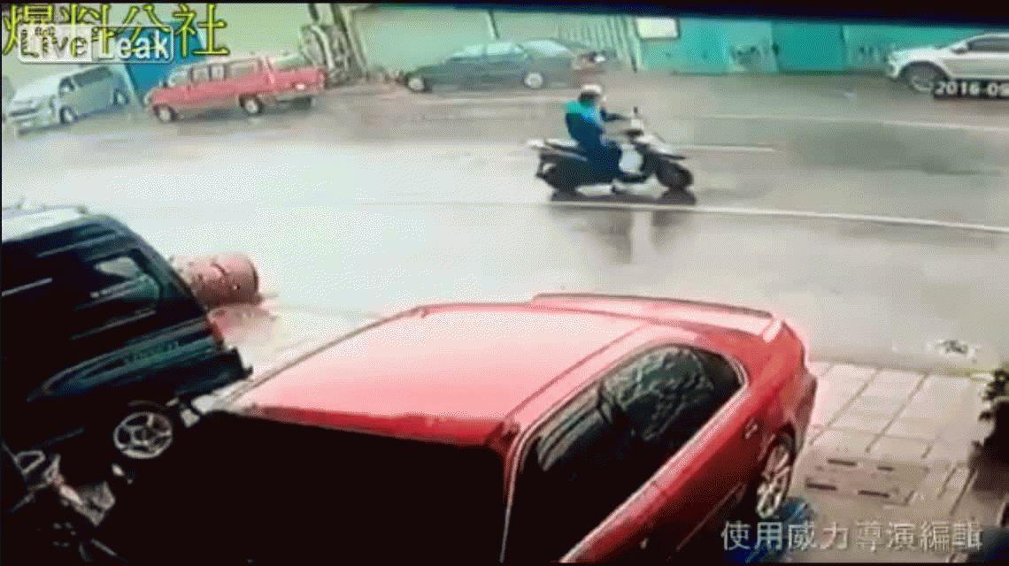 VIDEO: Un cartel es arrastrado por un tifón y golpea a un hombre en moto
