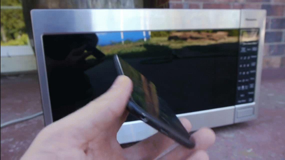 VIDEO: ¿Qué pasa si querés cargar el nuevo iPhone 7 en el microondas?