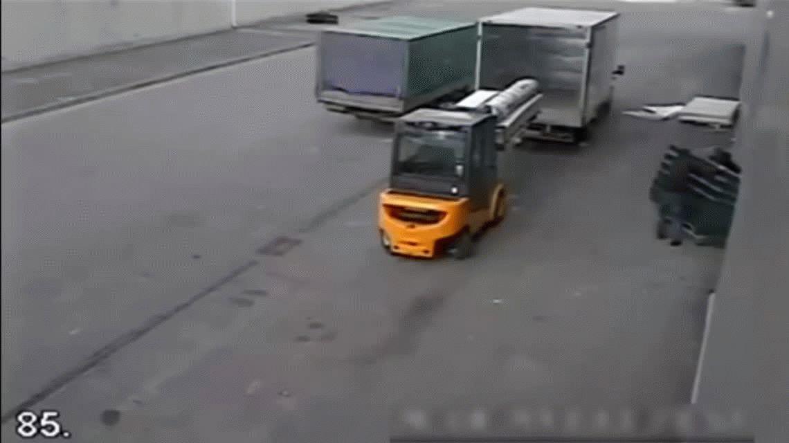 VIDEO: Un fuerte viento hizo volar las chapas para terror de unos obreros