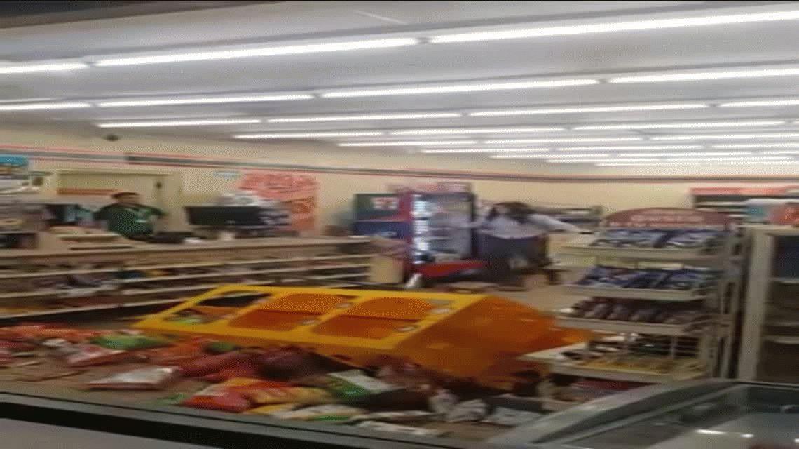 VIDEO: Una clienta destrozó un súper y aseguran que está poseída por el Diablo