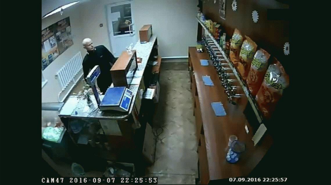 Entró a robar con un fusil, se peleó con una empleada y huyó con un litro de cerveza