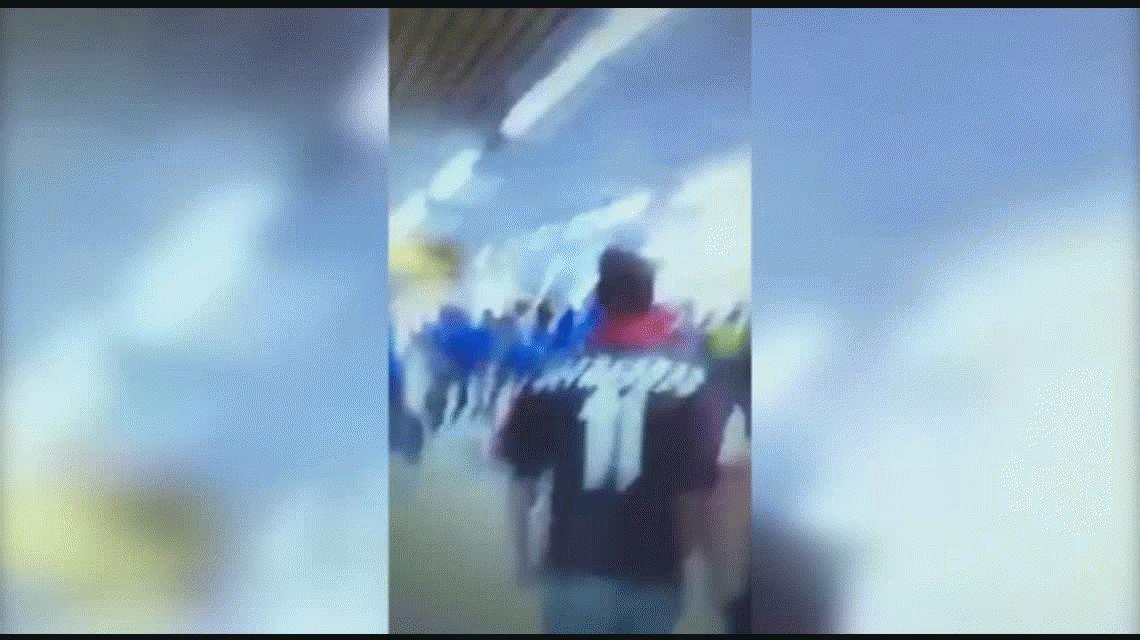 Wanchope Ábila, a las piñas con hinchas de Flamengo en el aeropuerto