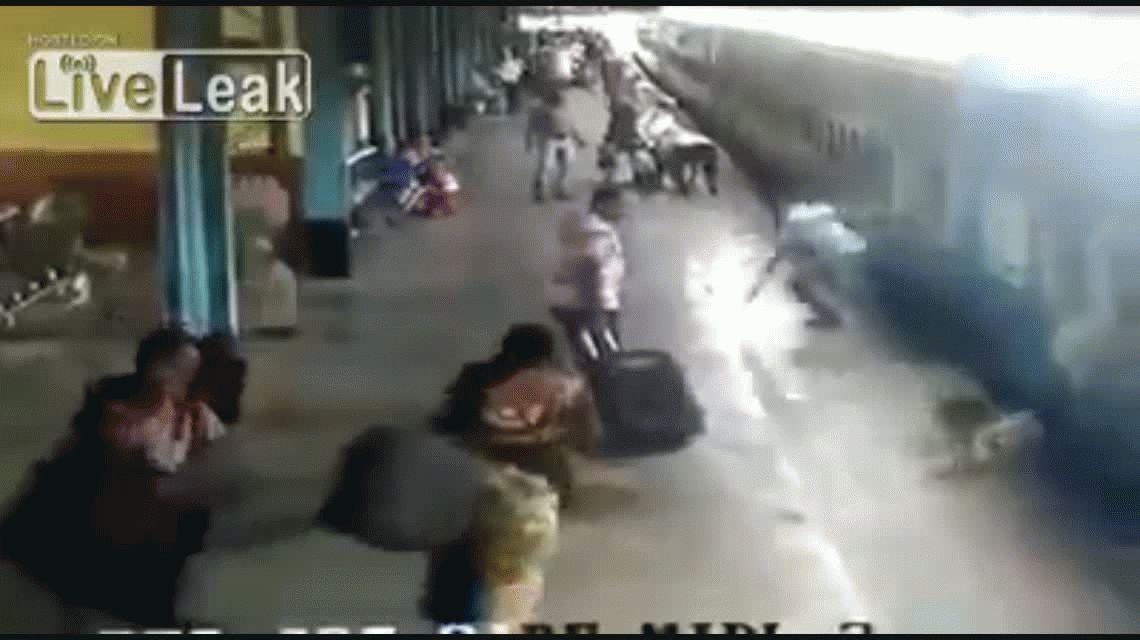 VIDEO: Se salvó de milagro de ser arrollada por un tren