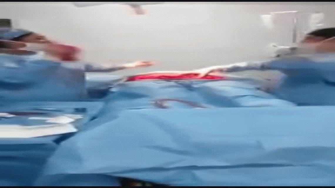 El cirujano baila en plena operación