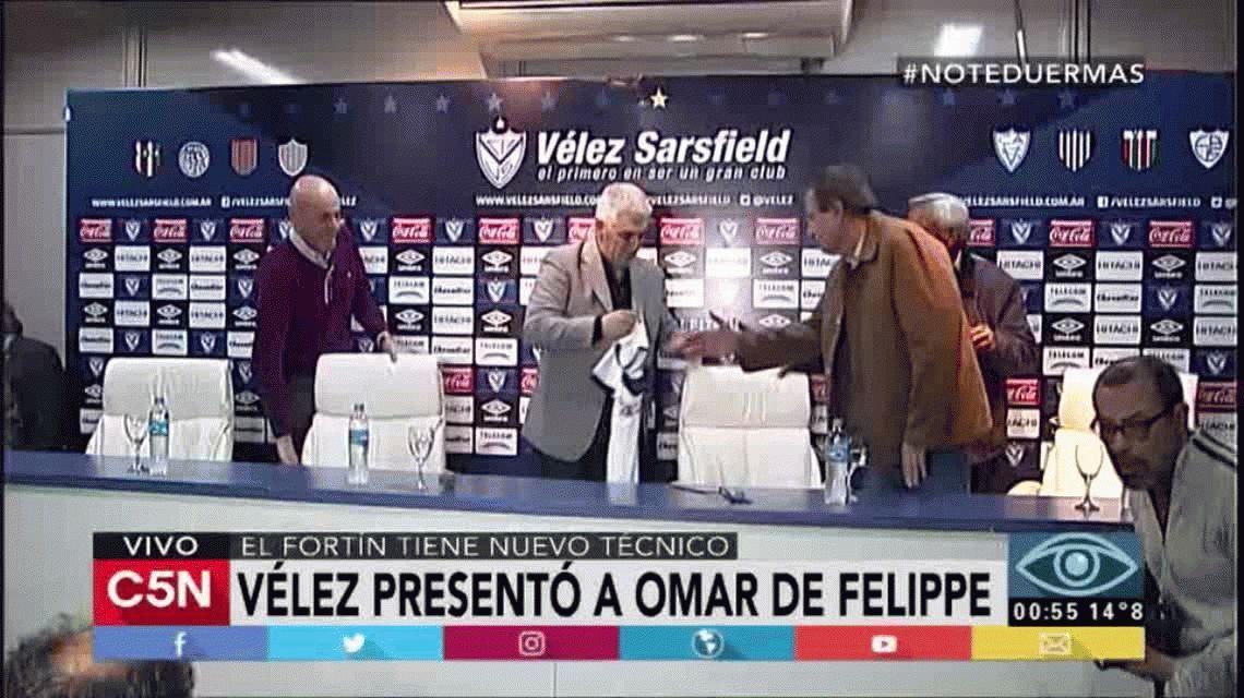 La clave de Omar De Felippe para sacar del pozo a Vélez: Defender bien y atacar mejor