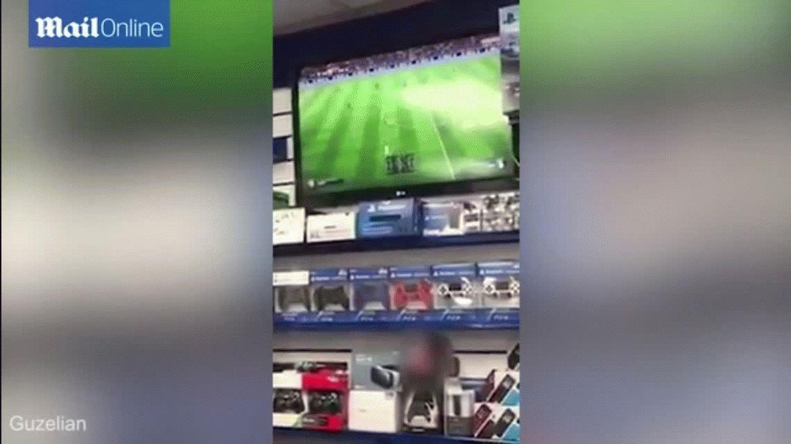 Destrozó una Xbox por estar perdiendo al FIFA 17