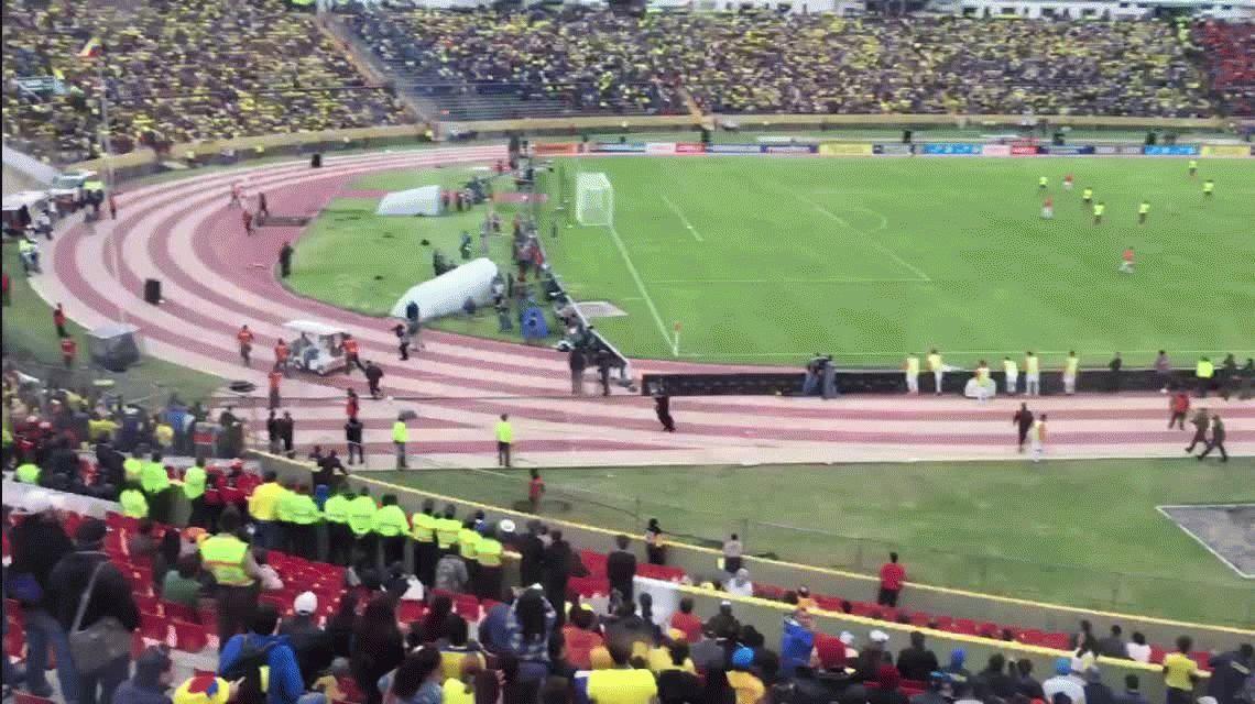 Enner Valencia fingió una lesión y se fue en ambulancia del estadio Atahualpa.