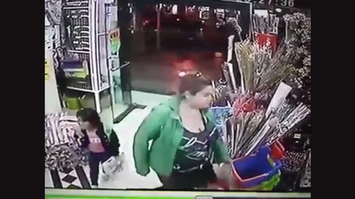 Mujer roba con su hija. Video de Facebook