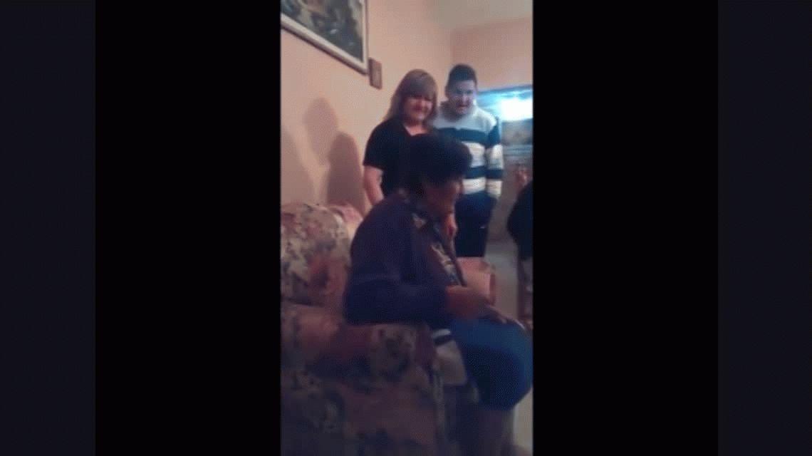 Conmovedor encuentro de una abuela con sus hijos 20 años después por Skype