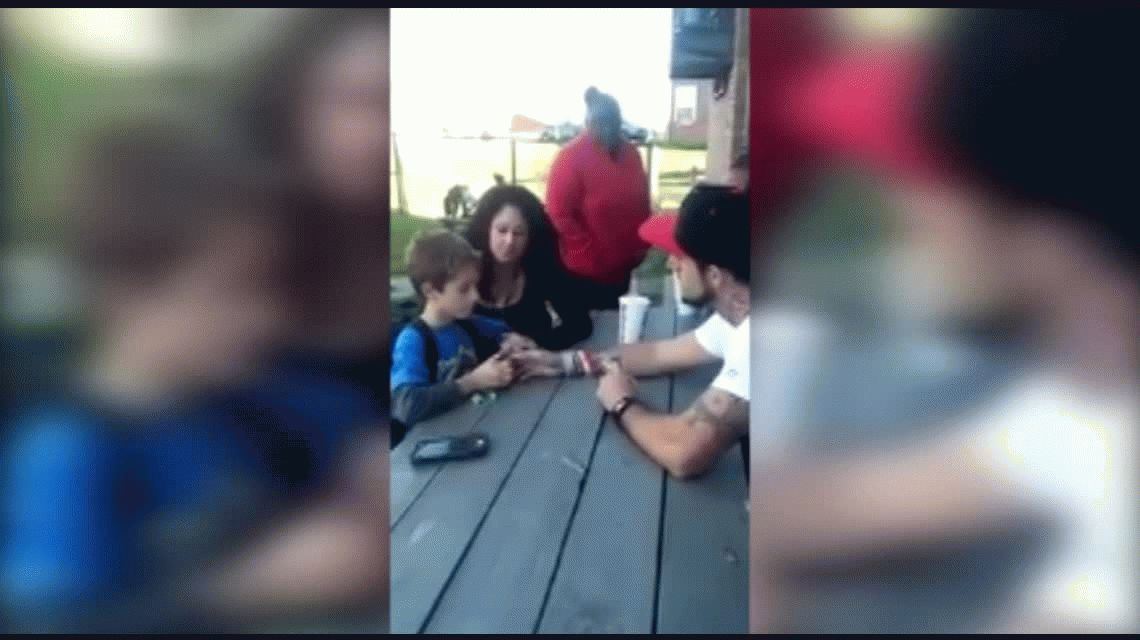 Polémico: filmó la reacción de su hijo al enterarse que la madre había muerto