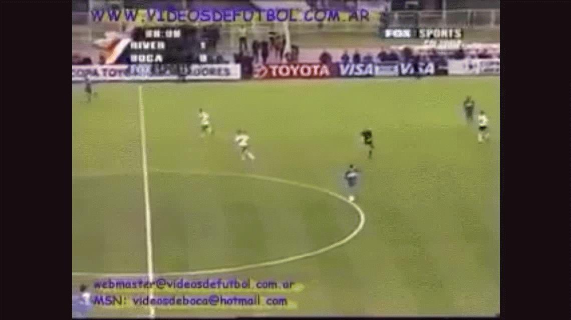 Carlos Tevez marca el empate parcial ante River en el Monumental por la revancha de la semifinal de la Copa Libertadores 2004