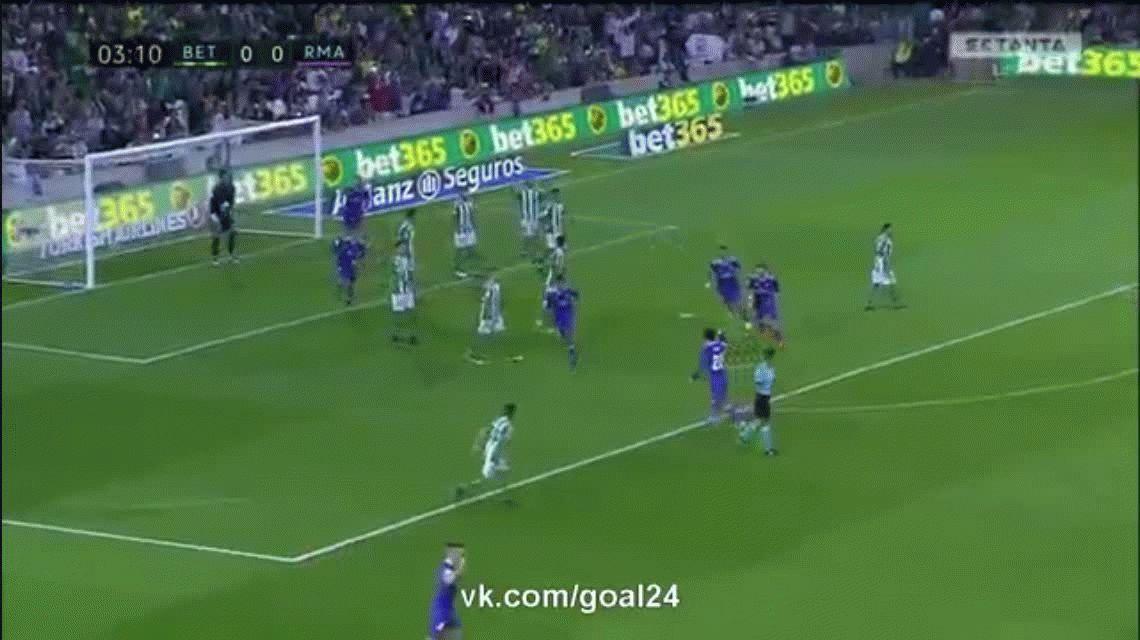 El francés Raphael Varane marcó el 1 0 para el Real Madrid sobre el Betis como visitante