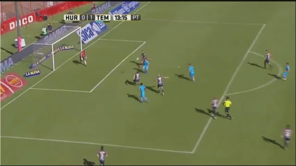 Marcos Figueroa anota el primer gol de Temperley ante Huracán en Parque Patricios