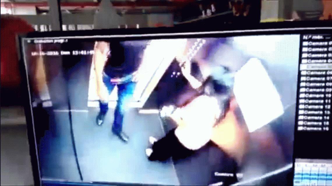 Un jugador de fútbol fue detenido por pegarle a su mujer en un ascensor en Colombia.