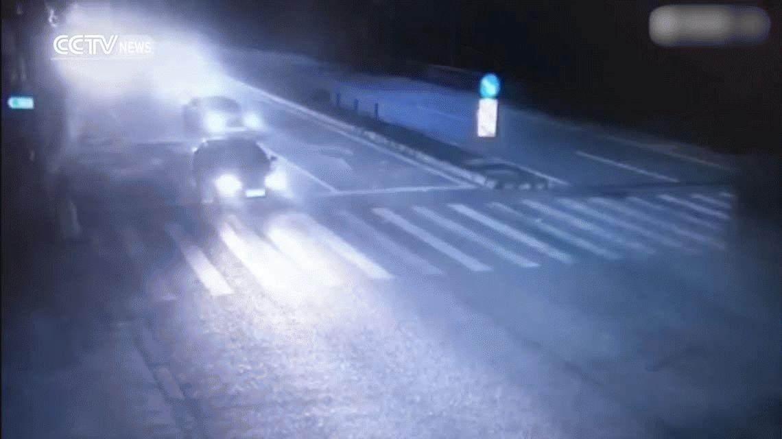 Un camión hizo una mala maniobra porque quiso pasar en rojo y aplastó a un vehículo