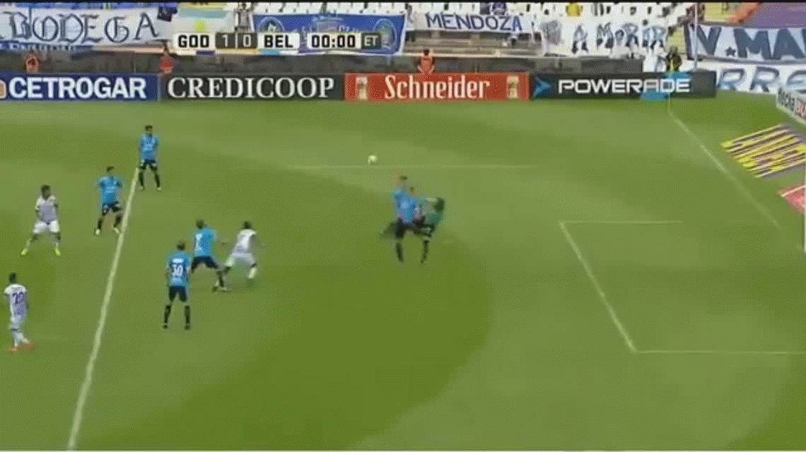 Jaime Ayoví aprovechó un error de la defensa de Belgrano y anotó el primer gol para Godoy Cruz