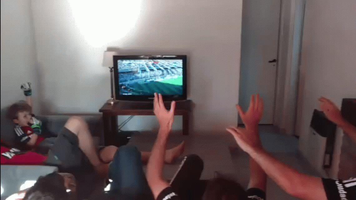 El alocado festejo de los hinchas de Newells tras el gol de Maxi Rodríguez