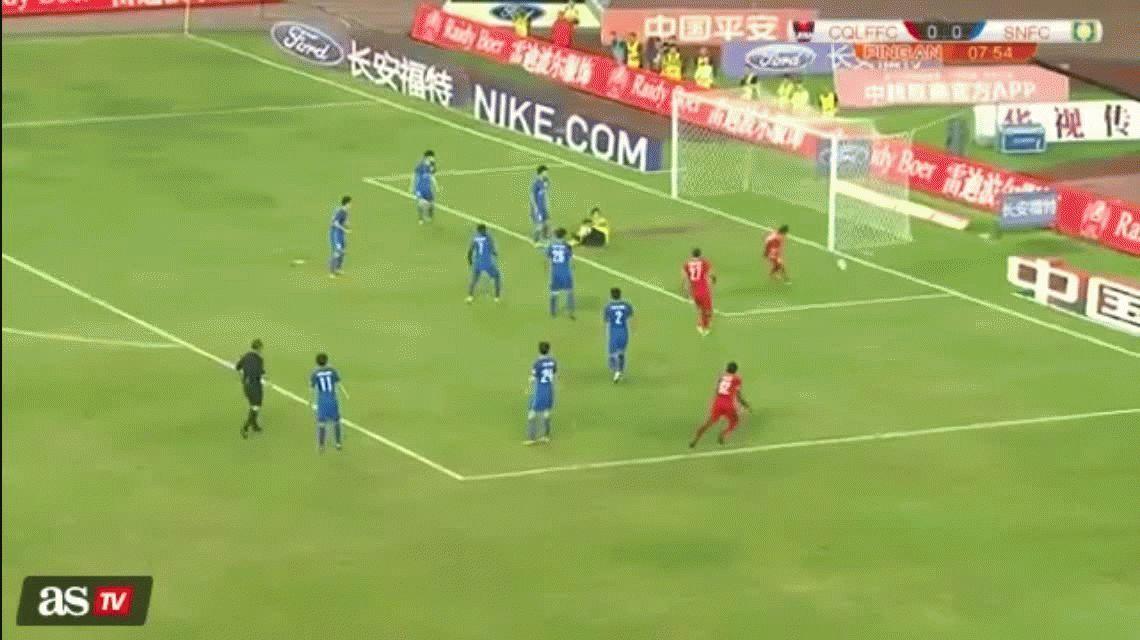 Era un gol imposible de errar...pero este jugador chino lo erró