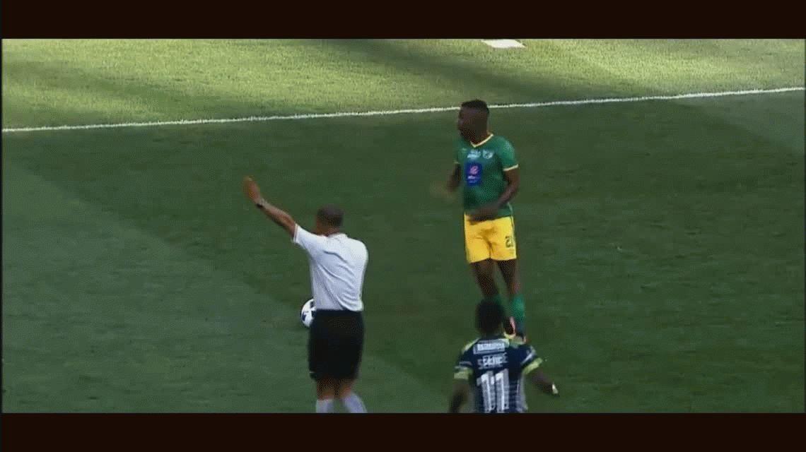 VIDEO: su equipo goleaba, quiso hacerse el canchero y terminó amonestado