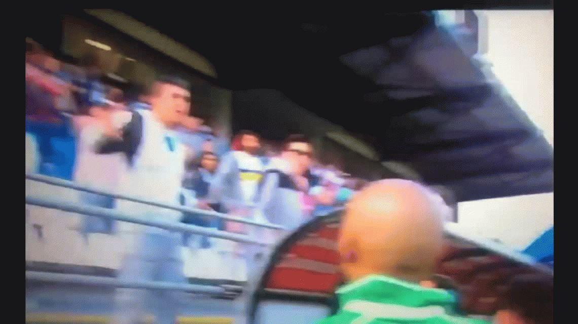 Papelón: la vergonzosa patada de un jugador argentino a un hincha en Chile