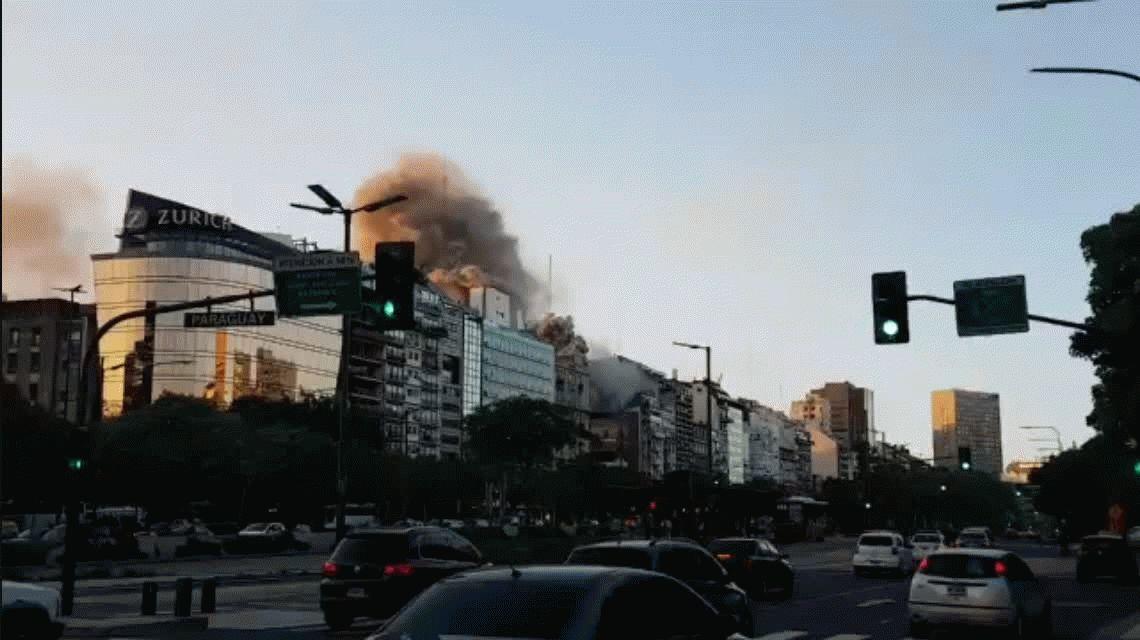 Tensión en pleno centro porteño por un incendio en 9 de julio y Santa Fe