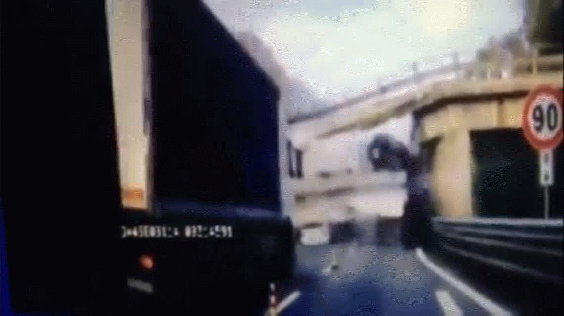 La estructura cedió cuando un camión cruzaba el paso