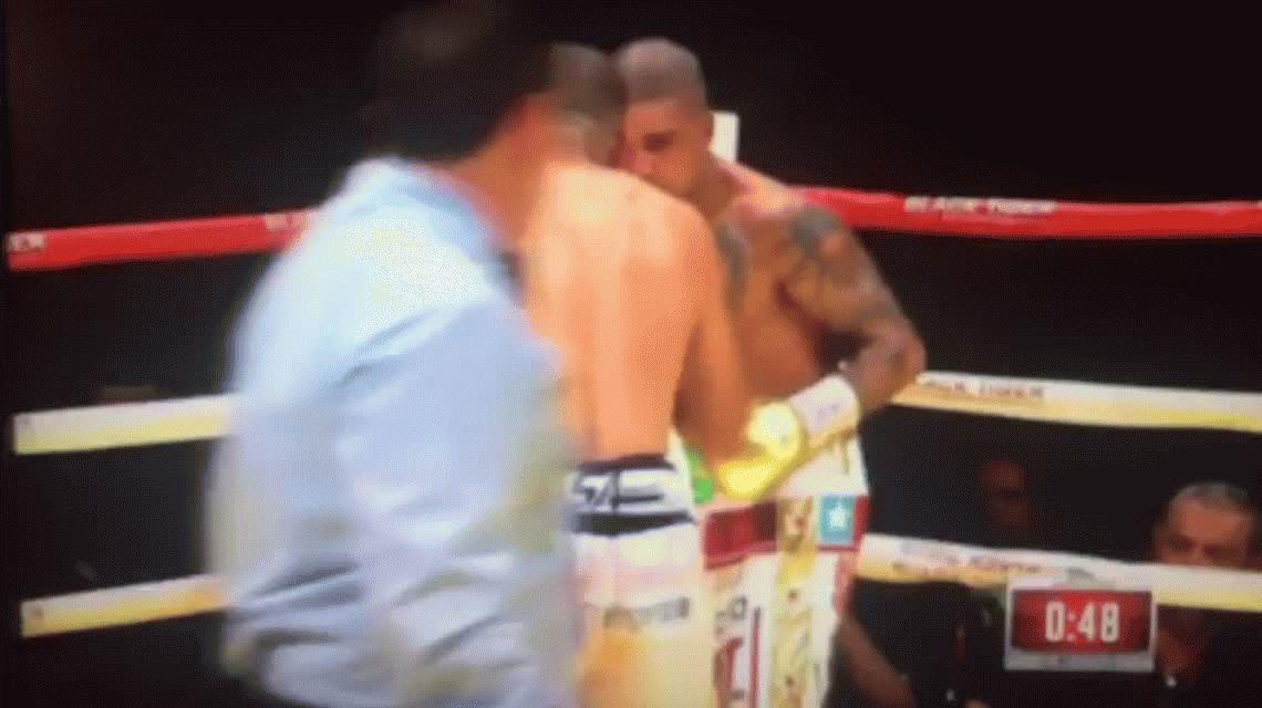 Un boxeador noqueó a su rival y después casi noquea a su entrenador