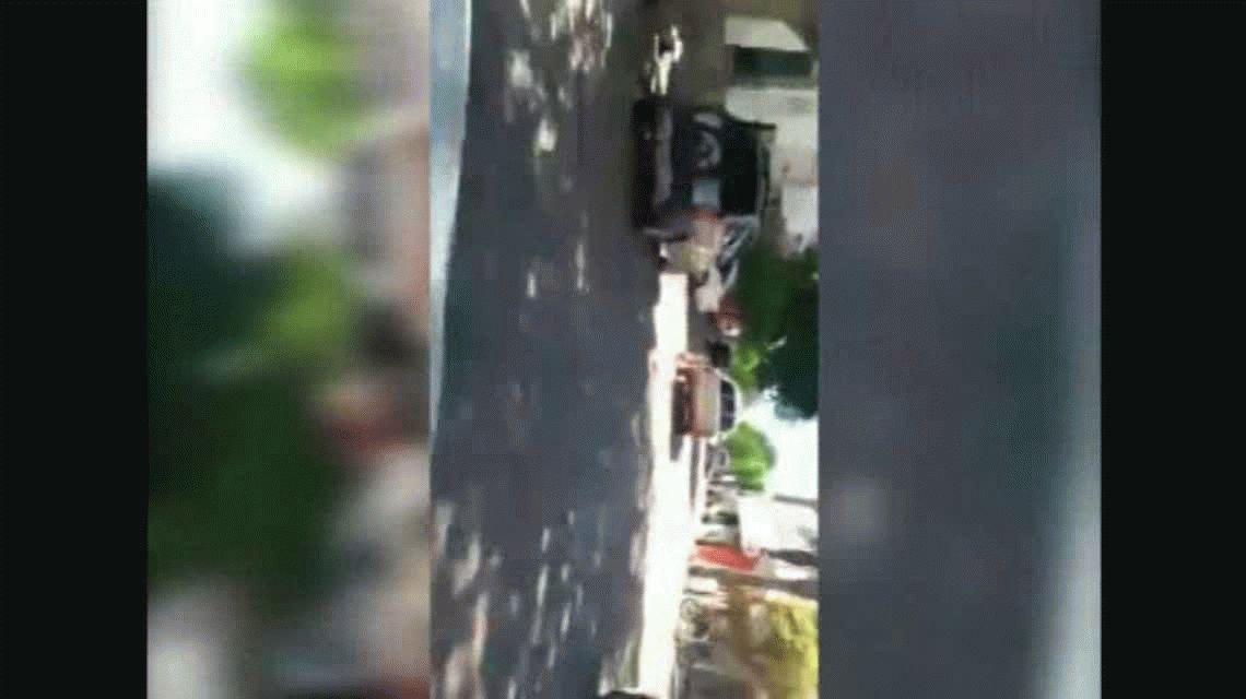 Brutal: un empleado municipal fue filmado arrastrando a un perro con su camioneta