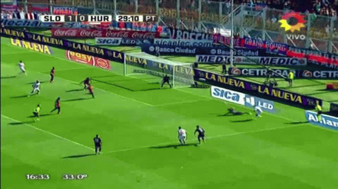 La atajada del año: Torrico le ahogó el gol a Huracán en una jugada increíble