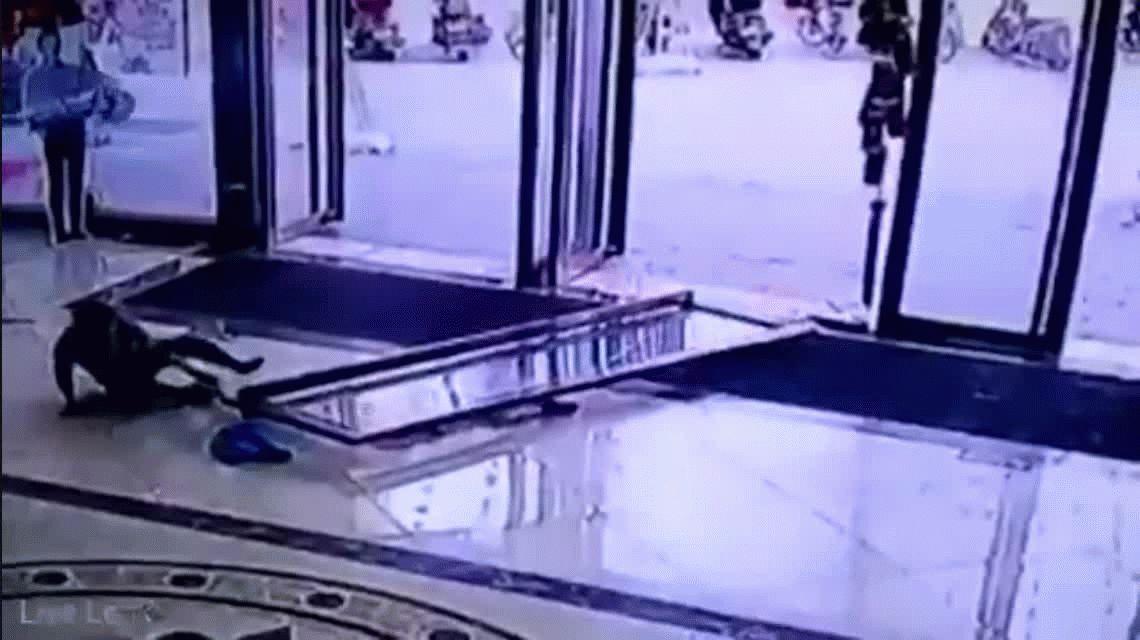 Impactante: así aplastó una puerta de vidrio a una nena en China