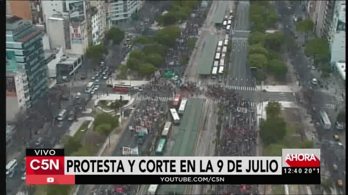 Manifestantes cortaron 9 de julio para marchar al miniserio de Desarrollo Social.