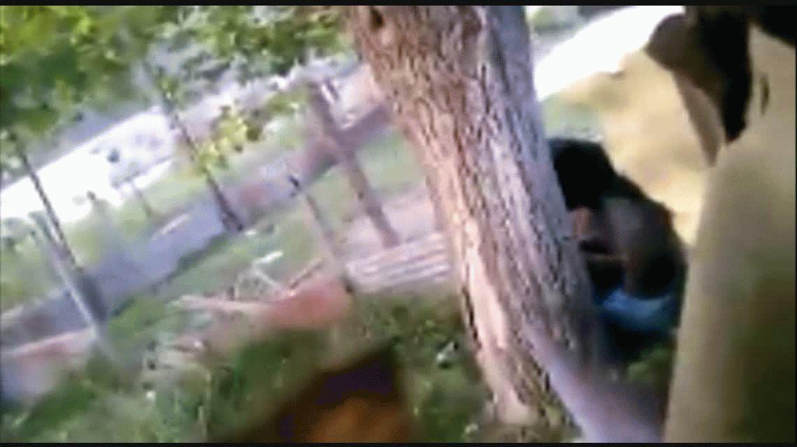 Vecinos denuncian que una mujer golpea y ata a su hijo a un árbol