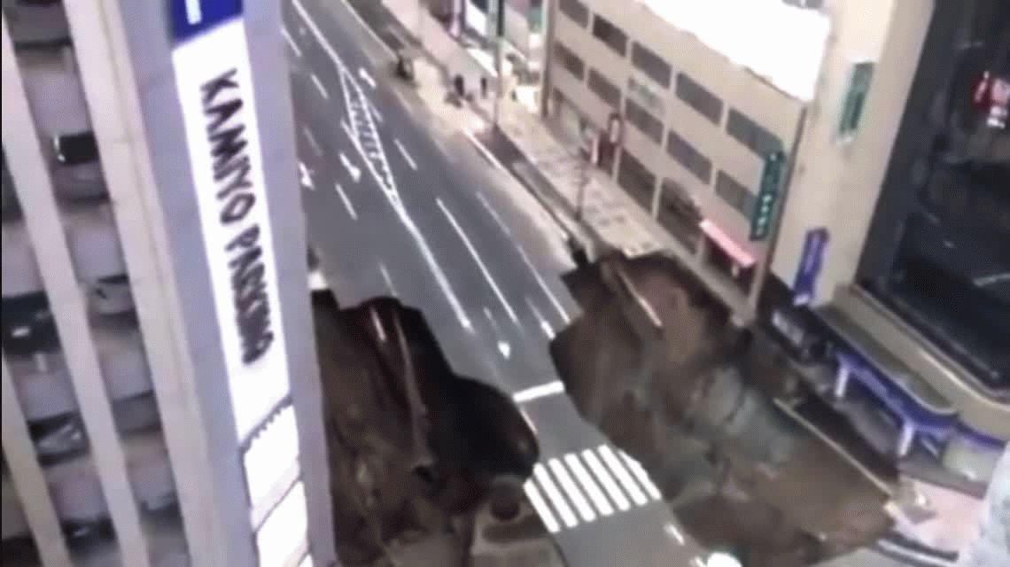 Japón: el enorme bache que se tragó una avenida y fue tapado en apenas 48 horas