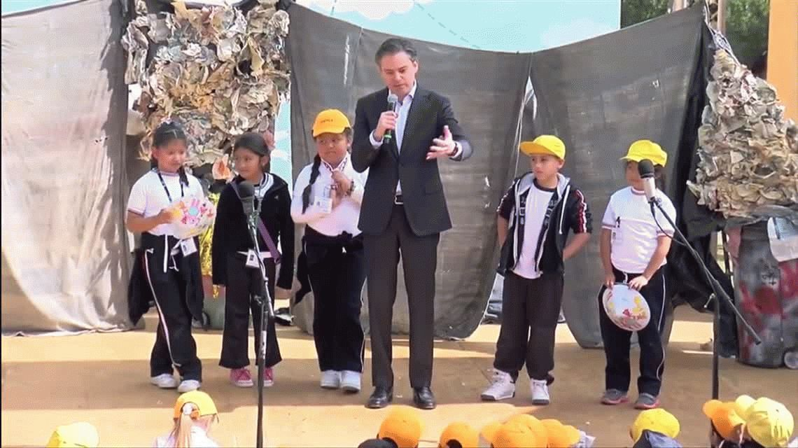 Niña corrige al ministro de educación de México