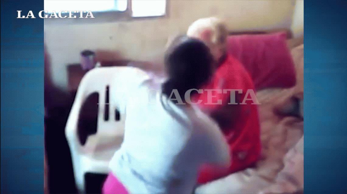 Indignante: puso una cámara oculta y descubrió que su mamá era maltratada