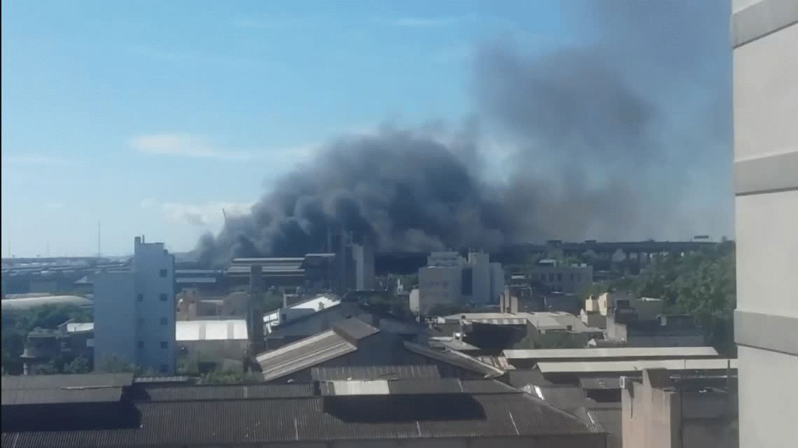 Un incendio en La Boca afecta a la Autopista Buenos Aires- La Plata.