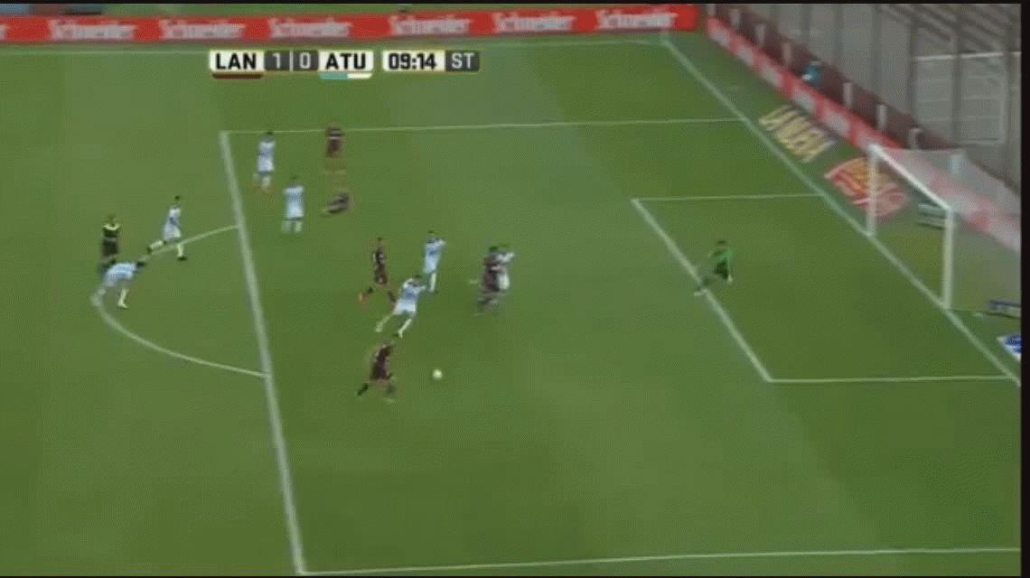 Alejandro Silva anotó el primer gol de Lanús ante Atlético Tucumán