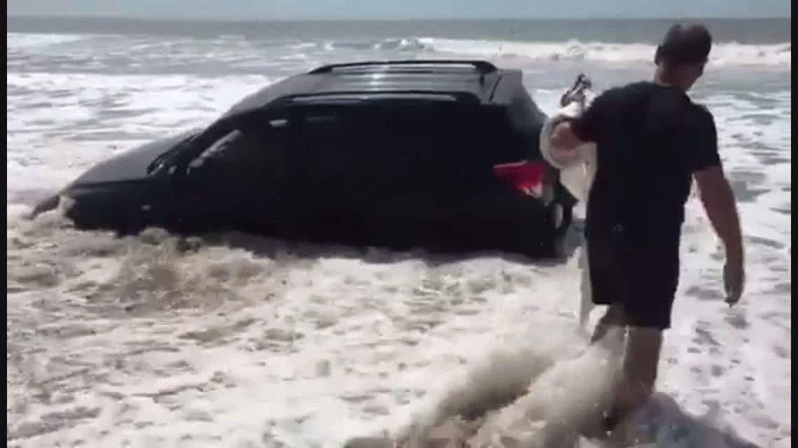 VIDEO: El mar casi se traga una camioneta en una playa de Villa Gesell