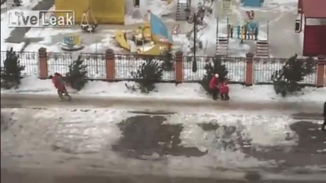 Los fuertes vientos de un huracán tiraban a la gente al piso en Rusia