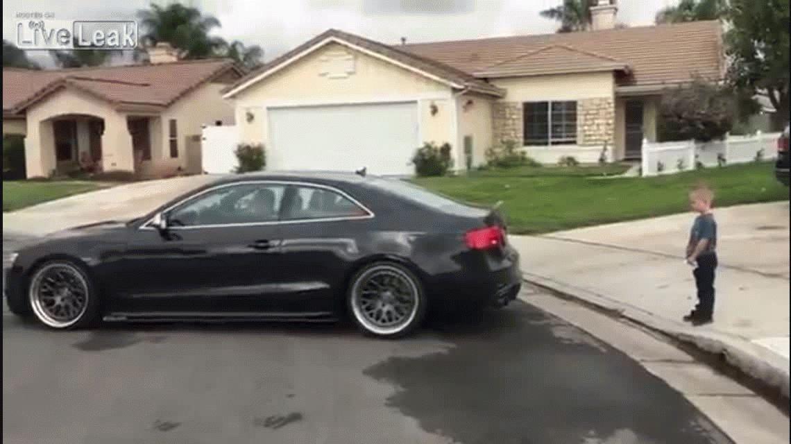 Le sacó el diente flojo a su hijo con un auto