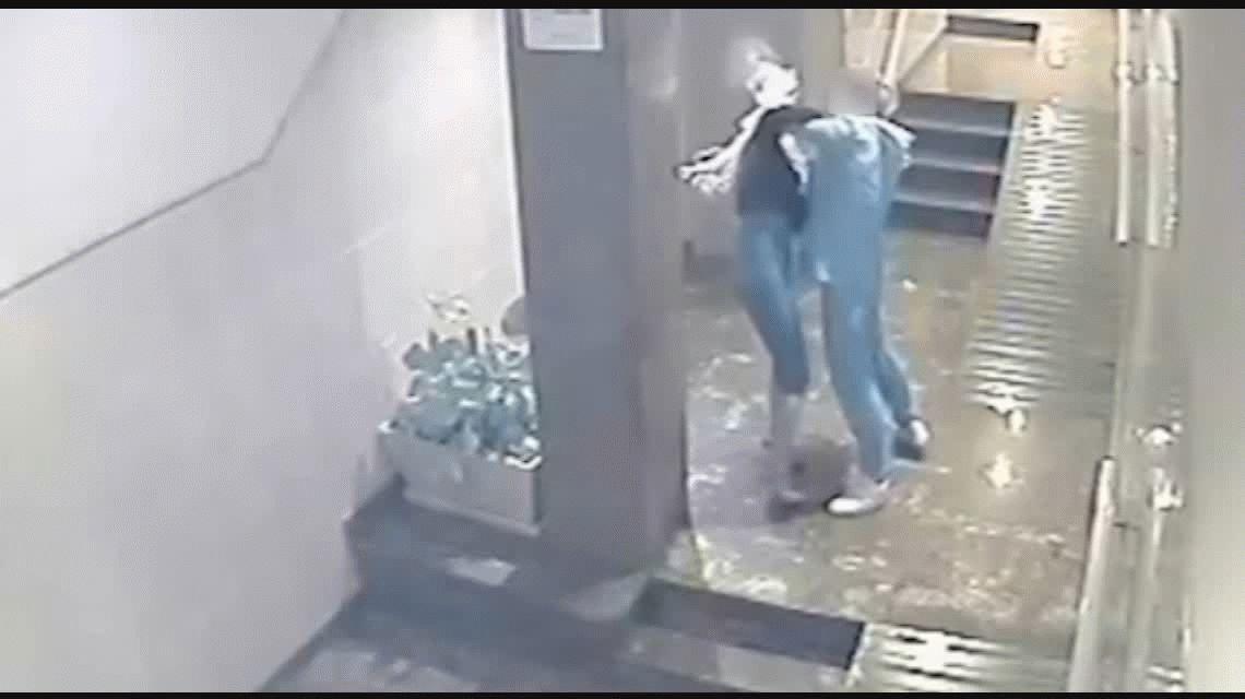VIDEO: Le pegó a su pareja en un edificio, la agarró de los pelos y la arrastró por el piso