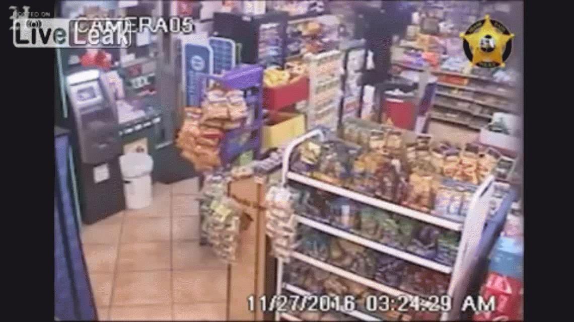 El empleado del local se salva gracias a un vidrio antibalas