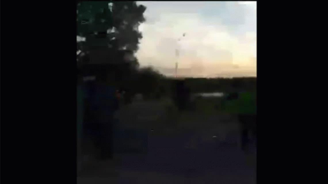 Tiros, gritos y corridas: brutal enfrentamiento entre jóvenes y la policía