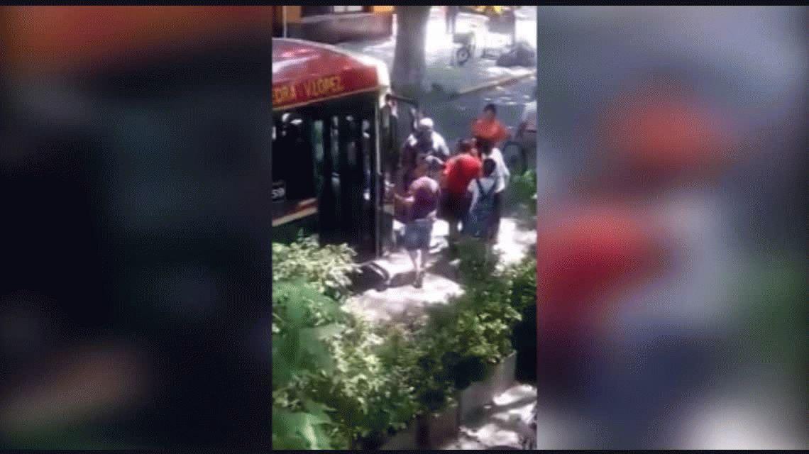 VIDEO: Cobarde le pegó a dos mujeres para robar unas cervezas de un súper